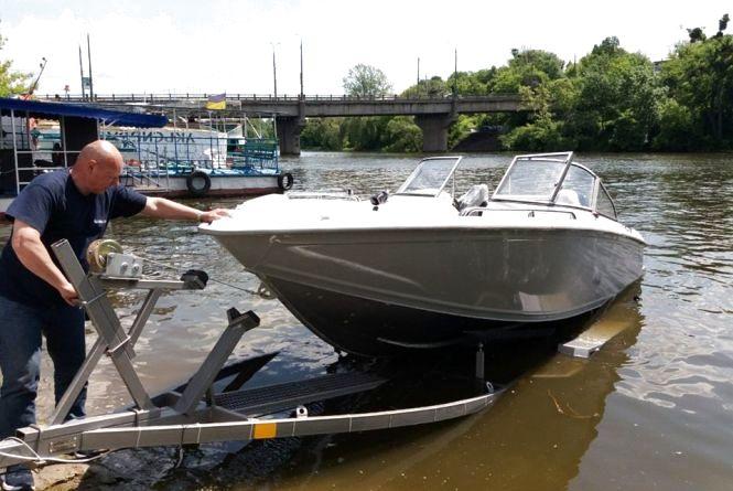 У Вінниці на Південному Бузі спустили патрульний катер. Кого ловитимуть?