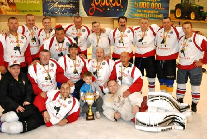 Вінницькі хокеїсти з шайбою вперше виграли чемпіонат України