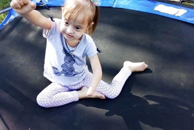 «Вони рідко просять»: шестирічній сонячній Ангелінці потрібні підгузки