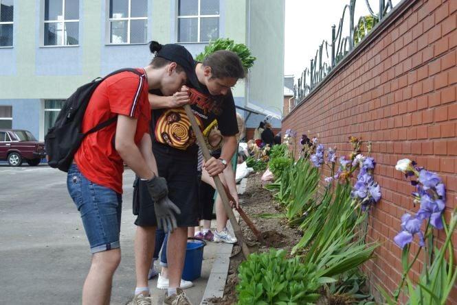 Замість кульок – квіти. Як випускники 17-ї гімназії підтримали екологічний флешмоб