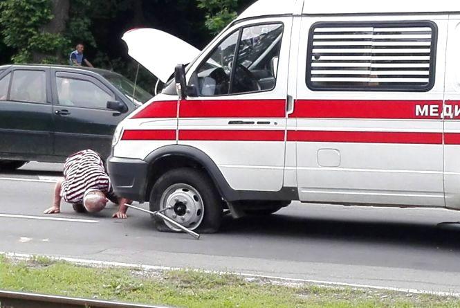На Хмельницькому шосе машина швидкої допомоги збила дівчинку