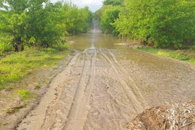 Негода в області: підтоплено дві дороги, на одній із них обмежили рух