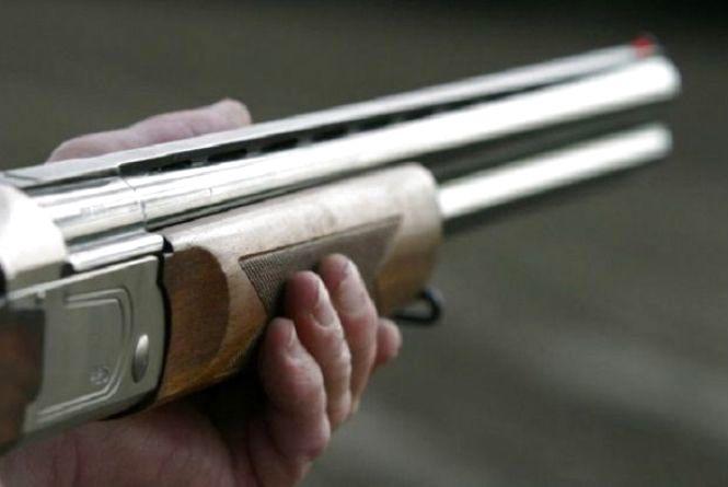 У Хмільнику депутат направив зброю на чоловіка, змусив лягти на землю та побив його