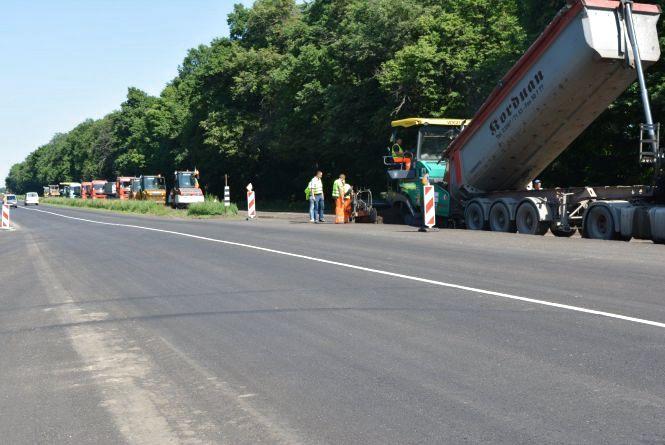 Ремонт траси М-12: понад 5 кілометрів нової дороги, тротуари та автобусні павільйони