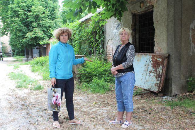 «Наш двір нарізали депутату». Як жителі на Пирогова втрачають своє подвір'я