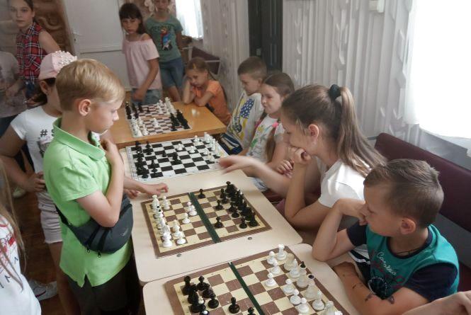 Один на всіх і всі на одного: 9-річний вінничанин провів сеанс одночасної гри в шахи