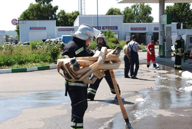 «Вибух» на заправці в Чечельнику: як рятувальники гасили умовну пожежу
