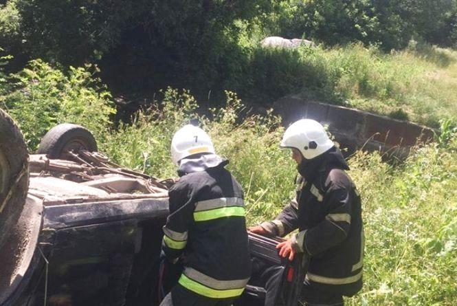 Смертельна ДТП: біля Літина водій на «Волзі» злетів з дороги та перекинувся