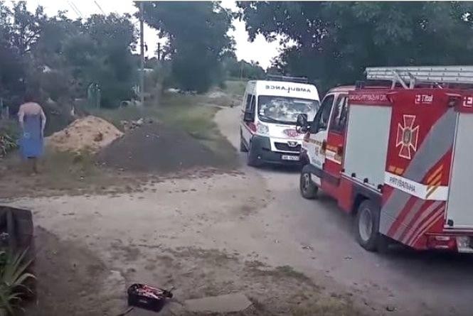 Четверо рятувальників діставали вінничанина з глибокої криниці (Відео)