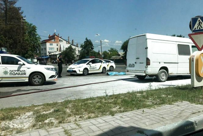 Трагедія на вулиці Арабея: загорівся білий мікроавтобус. Водій помер
