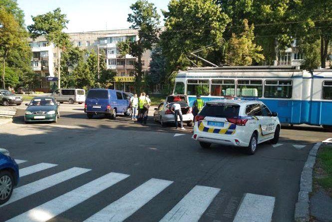 На Хмельницькому шосе водій Mercedes врізався у трамвай: з'явилось відео ДТП