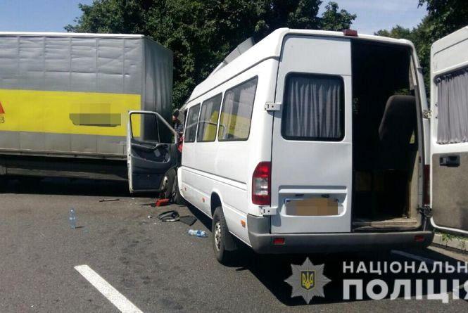 Лобове зіткнення: водій вантажівки врізався у маршрутку з 7 пасажирами