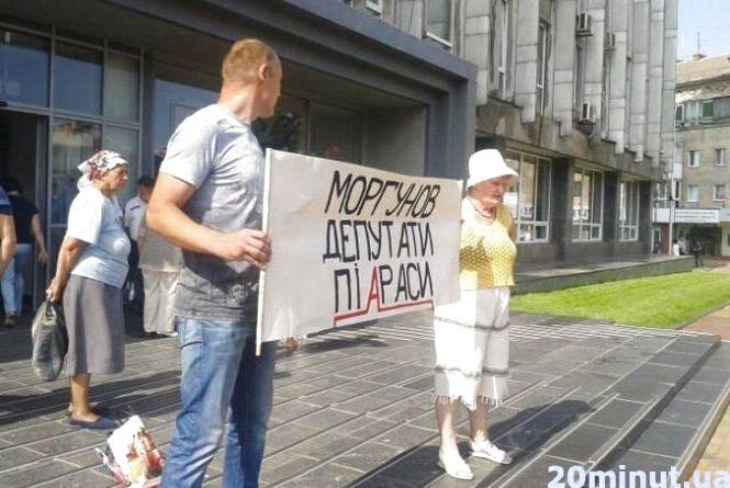 «Наш мер тільки піариться». Активісти мітингують перед міськрадою