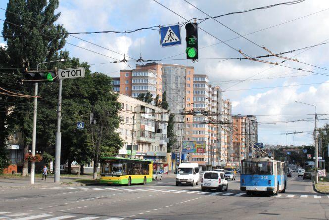 Працює 50 на 50. Пішоходи та водії скаржаться на «зелену хвилю» у Вінниці