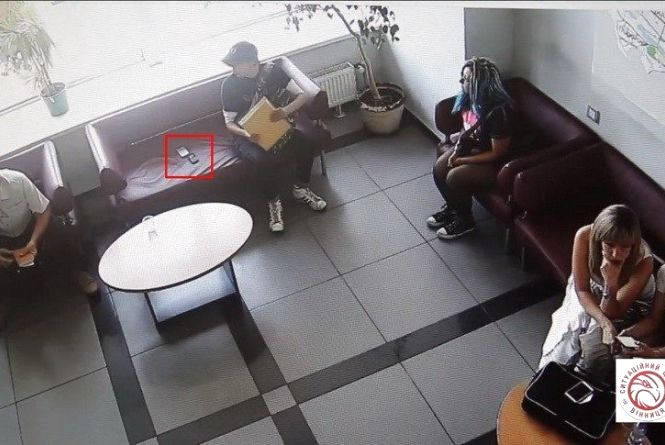 Двоє молодих вінничан у холі міськради присвоїли собі чужі мобільні