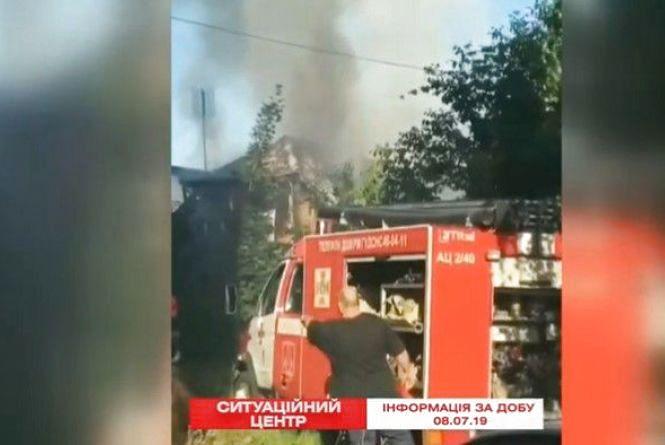 Масштабна пожежа у Вінниці: 15 пожежників гасили будинок (ВІДЕО)