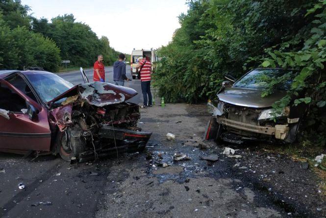 Лобове зіткнення біля Вінниці: водій  Geely вилетів на зустрічну. Подробиці та фото