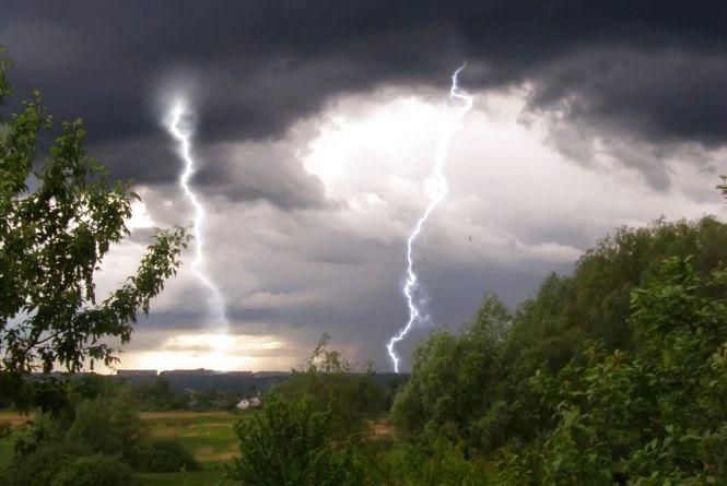 Град, гроза та шквали: на Вінниччині оголосили штормове попередження