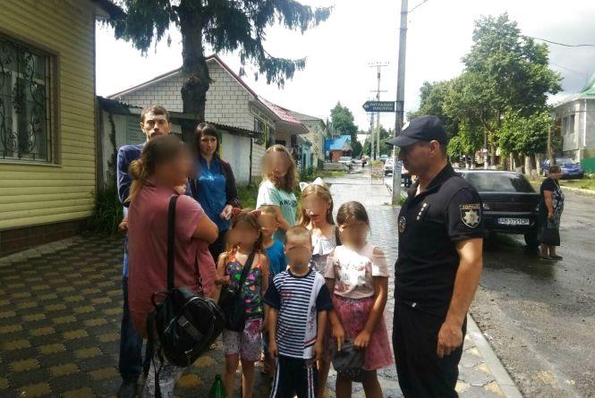 Пили в присутності семи дітей: у Піщанці оштрафували двох п'яних матерів