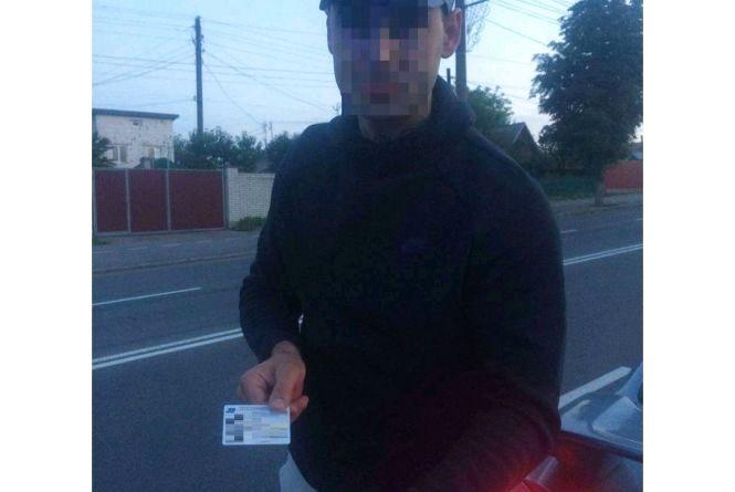 Поліцейські розшукали водія, який на АЗС забув гаманець з документами
