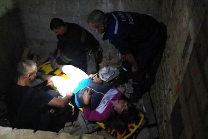 На Ватутіна у яму впала 22-річна жінка. Потерпілу госпіталізували
