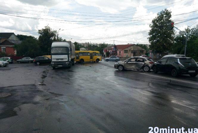 ДТП на Нечая: водій вантажівки влупив легковик. Постраждала дитина (ФОТО)