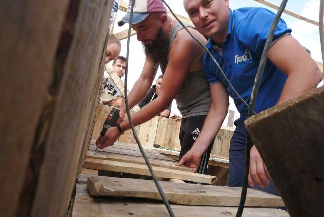 Зібралися та почали облаштовувати подвір'я на Старому місті. Як зробити це в своєму районі