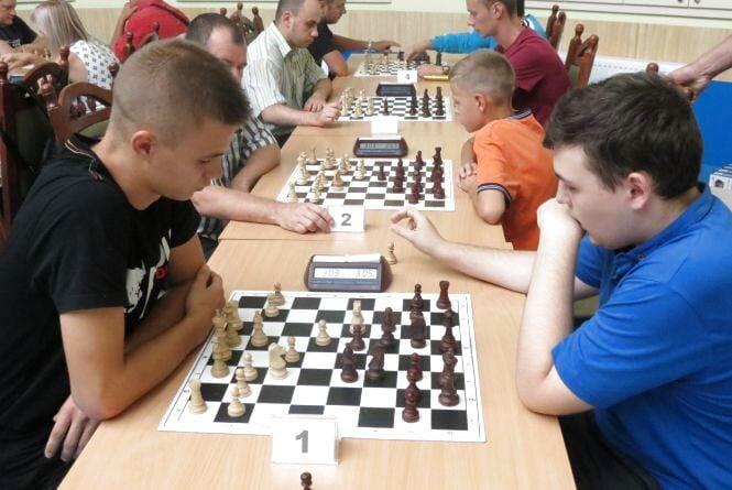 Школярі знову заматували майстрів: у Вінниці визначили «короля» і «королеву» із блискавичних шахів