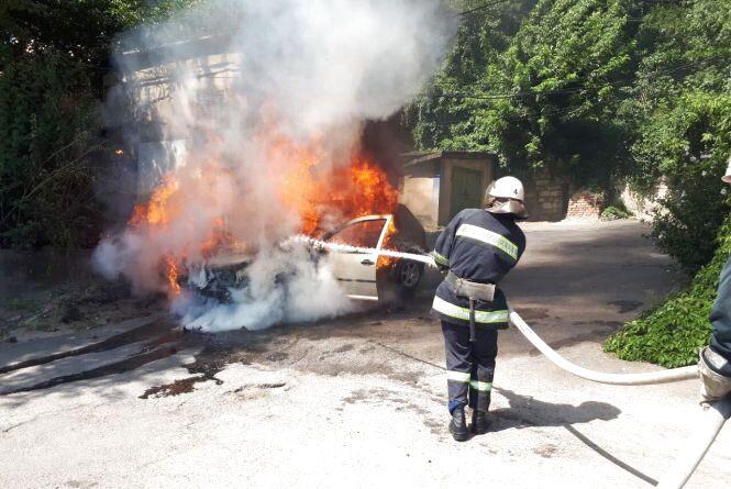 У Вінниці на Масиві п'ятеро пожежників гасили палаючий Volkswagen Golf