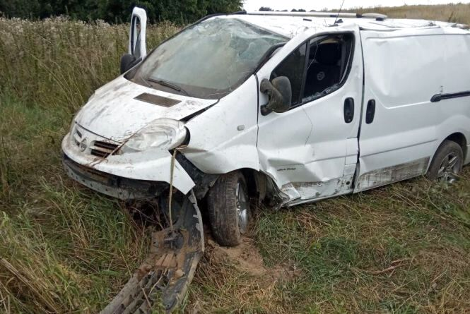 Під Вінницею водій на білому бусі злетів з дороги. Він вижив, але в лікарні