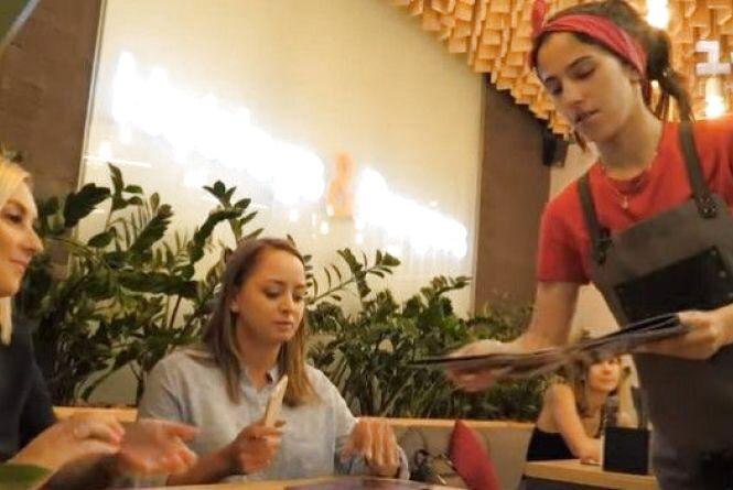 16-річна донька Ірини Борзової влаштувалася на роботу офіціанткою (ВІДЕО)