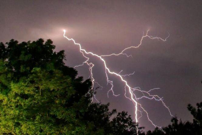 Гроза, град та шквальний вітер: в Україні оголосили штормове попередження
