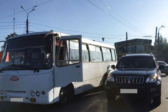 Вінниця 12 серпня: пенсіонерка випала з тролейбуса та ДТП з автобусом