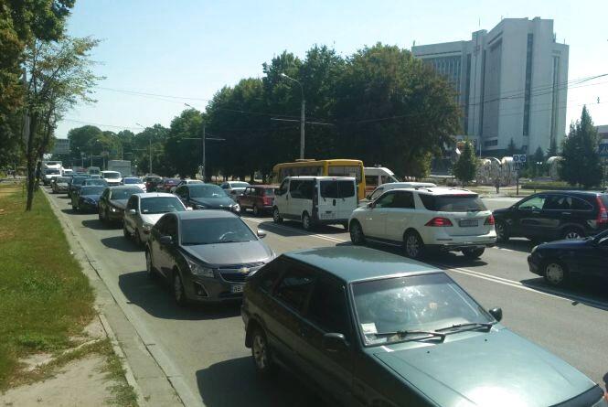 Через невелику аварію на Хмельницькому шосе утворився великий затор