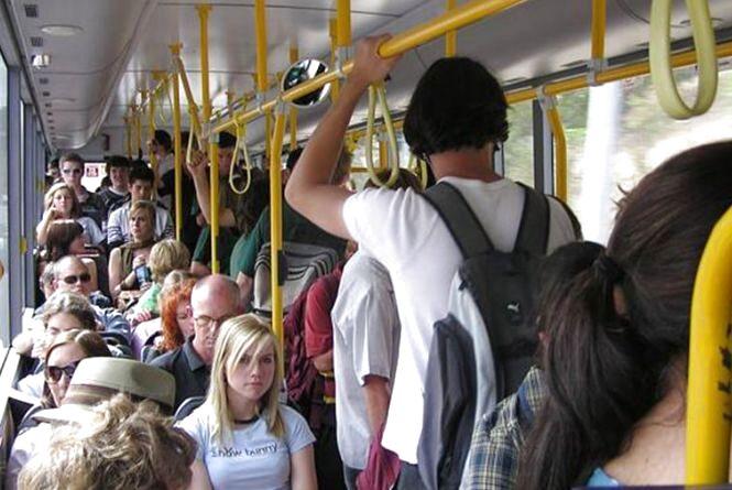 Рюкзаки у транспорті заважають пасажирам. З'явилася нова петиція