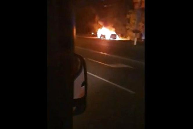 Вибухи на Київській: загорілися дві автівки. Вогонь ледь не перекинувся на третю