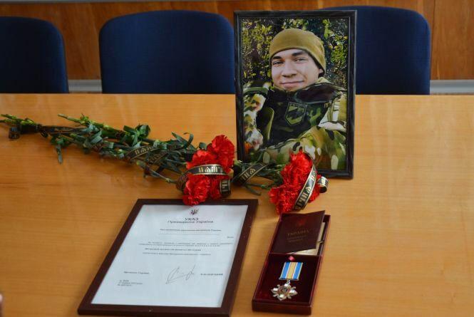 «Він сам пішов у військкомат…»  Портрет нацгвардійця написали на стіні будинку