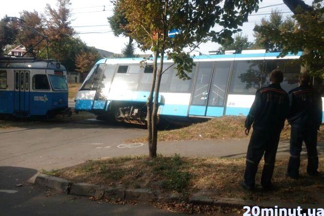 На Хмельницькому шосе трамвай зійшов з рейок. Відео з місця