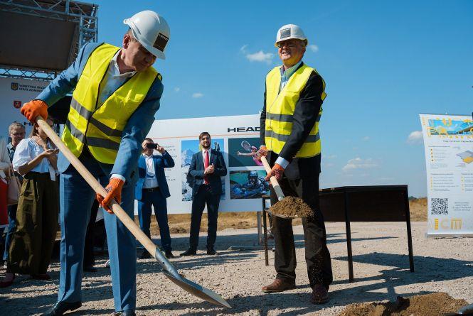 Під новий завод HEAD у Вінниці заклали символічну капсулу. У 2021 році тут буде 1000 робочих місць