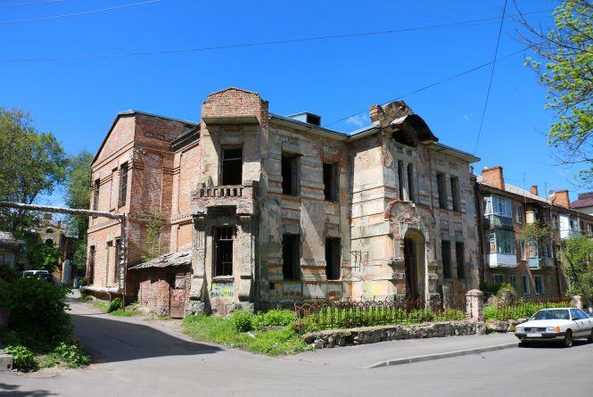 Закинуту історичну будівлю «Пошта» хочуть взяти в комунальну власність. Що там буде?