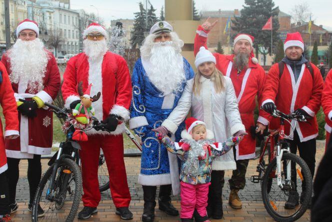 У Вінниці відбувся ювілейний парад Велоснігурок та Дідоморозів