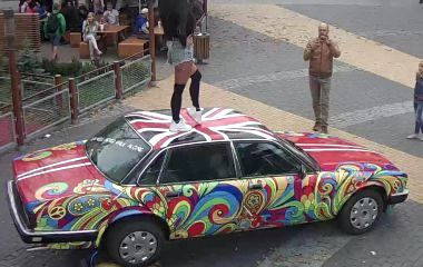 Дівчина робила ефектні фото на даху раритетного «Jaguar» і пошкодила його