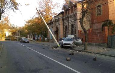На Магістратській авто знесло дві опори. Частина вулиці перекрита
