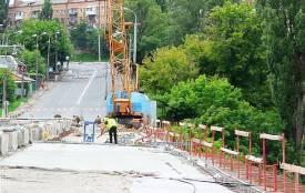Наступної суботи Київський міст знову закриють. А що там роблять?