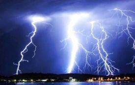 Прогнозують грози. Як уберегтися від блискавки?