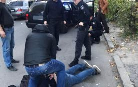 Гучне затримання автокрадіїв: поклали обличчям на землю та закували у наручники
