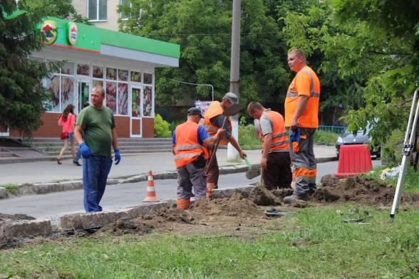 """Працівники з ТОВ """"Шляхбуд"""" роблять розширення дороги"""
