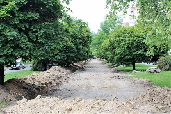 Асфальт з тротуарів зняли вздовж всієї алеї — від Келецької до Первозванного