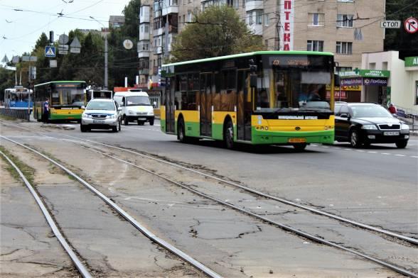 У транспортній компанії обіцяють додати на маршрути автобуси та тролейбуси. Це буде, коли закриють проїзд для трамваїв
