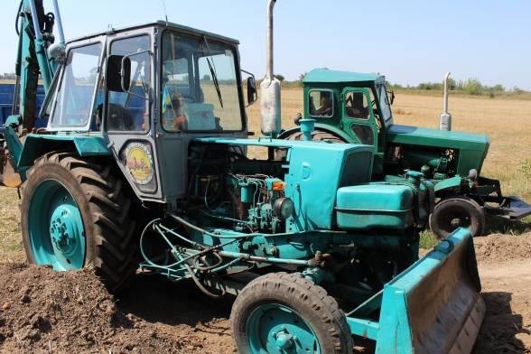 Два трактори та одна вантажівка - це вся техніка, яка залишилася в полі на Сабарові.